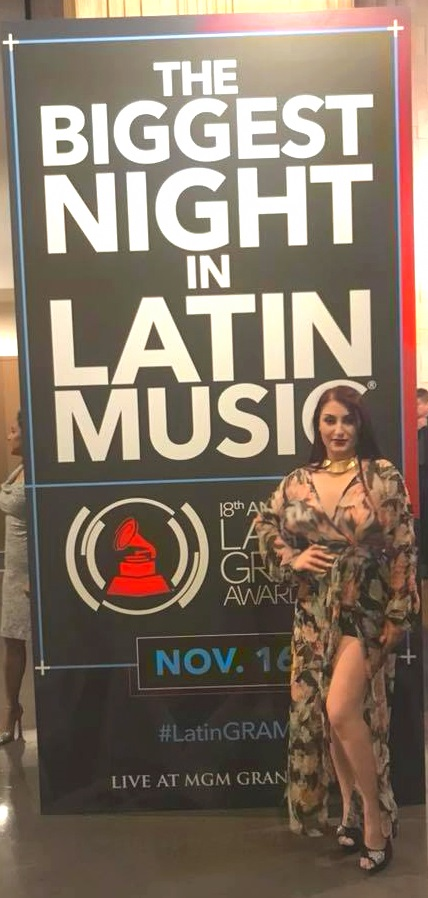 Viola Emmanuela ceccarini at the entrance of the Latin Grammys