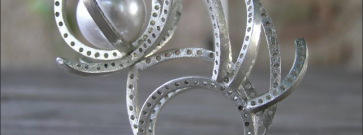 An Italian sculptor in New York City: Enrico Mazzon. When sinuosity and silver are the magic words…